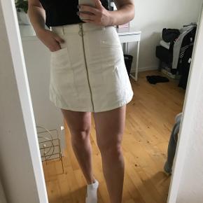 A-line hvid denim nederdel fra Monki.