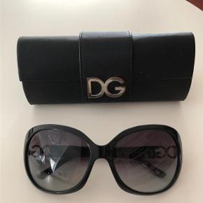 Varetype: Solbrille Størrelse: OZ Farve: Sort Oprindelig købspris: 2200 kr. Prisen angivet er inklusiv forsendelse.  Flot solbrille i sort med logo på siderne - har kun været brugt et par gange. Originalt etui medfølger.   Købt i London for kr. 2.200,- og sælges for kr. 400,- incl. pakkeporto.   Bemærk at jeg ikke bytter med andre varer.