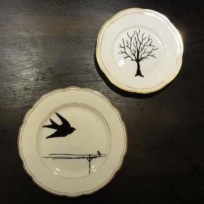 Dekoreret vintage tallerken. Den med træet måler 15, 5 cm i diameter og den med fuglen 17,5 cm. De koster 100,- pr. stk. De er dekoreret med porcelænsfarve