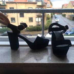 Super fine heels / stiletter / sandaler /pumps i flot mørk blå velour. Rigtig gode at have på fordi de har bred hæl! Hvor de er højest er hælen 8,5 cm. Brugt et par gange. Købt i H&M. Str. 37
