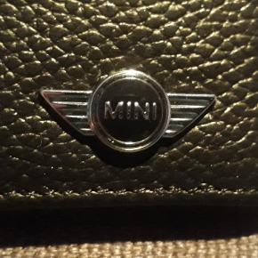 Mini Cooper pung i syntetiske læder. Pungen er kun til kort, den måler 7.7 X 10.5. Pungen kan sendes for 20 kr med Post Nord, almenlig brev.