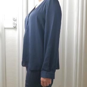 Fin skjorte. Let polyester.