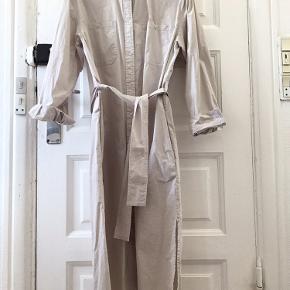 Beige skjortekjole med bindebånd. Brugt få gange. Str S, men vurdere at den passer M.
