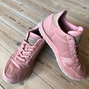 """Forskellige WODEN 👟 sælges.  (Se tidligere opslag for samlet oversigt) Skoene er virkelig behagelige og affjedrende med deres korksåler og er super populære, lavet af et dansk firma. Jeg sælger dem dog da jeg desværre ikke går godt I dem grundet en ankelskade.   Alle skoene er i str. 37 og i modellen Nora II.  De lyserøde 🎀: Er brugt flere gange, men fremstår stadig pæne og rene og har ikke rigtigt nogen brugsspor. De er i """"flettet"""" stof som giver et rigtig fedt udtryk. Np: 700 kr. Sælges for 450 kr."""