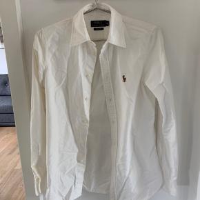 Hvid Ralph skjorte, næsten ikke brugt. Custom fit. Prisen er eks Porto.