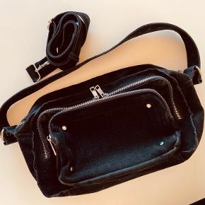 Noalla taske  Har en lille syning der er gået op men er syet sammen og sat en sikkerhedsnål så den holder.