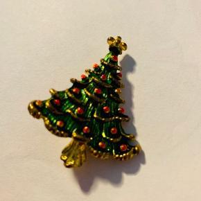 Broche med juletræ   Mærke: Vides ikke  10 kr. Ellers så byd. (Har hele sættet) Køb 3 smykker og få det billigste gratis.   Nypris: 50 kr.  Jeg kan aflevere i det meste af Storkøbenhavn, du kan afhente eller de kan sendes for købers regning.
