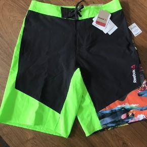 Rigtig flotte badebukser/shorts fra Reebok  Nypris 550kr Helt nye med prismærke på Str. 30 Livvidde 40 cm Sommer - ferie - vand - svømmehal