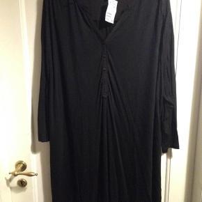 Brand: H & M Varetype: Tunika Størrelse: 4XL Farve: Sort Oprindelig købspris: 179 kr.  Helt ny med prismærke.   Røgfrit hjem.   Forsendelse er med DAO.   Sælger ud af mit tøj da jeg er alt for god til at købe og købe og så ligger det bare og samler støv i skabet. Det meste er brugt en enkelt eller to gange eller også er det helt nyt.  Husk at tjekke mine andre annoncer med tøj i store størrelser! :) Giver gerne rabat ved køb af mere!