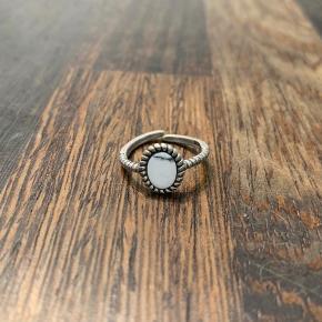 Sølv ring fra Stine Winther  Passer alle da den er justerbar Kender ikke np da jeg fik den i gave, men sælger billigt så byd:)