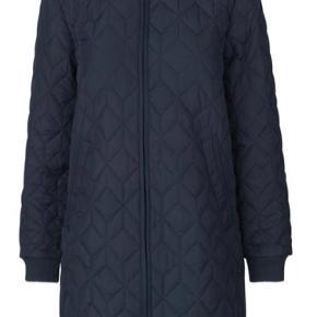Super flot Ilse Jacobsen str. 44. Dark indigo, quiltet frakke.  Købt for en måned siden - brugt få gange.  Købt for stor.