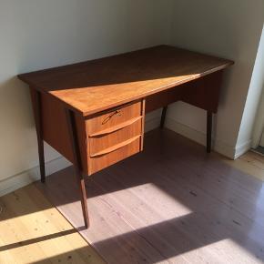 Flot teak skrivebord med 3 skuffer. Måler: Bredde 63 - højde 73 - længde 119