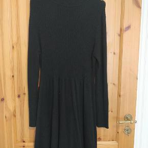 Lækker kjole med rullekrave og lange ærmer i det blødeste strik. Sælges da jeg dsv ikke får den brugt. Kjolen er en str L og er strækbar, så vil også kunne passe en XL.