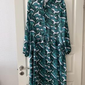 Super flot kjole fra Les Levres.   Str 2 l/xl.  Brugt 1 gang kom med bud. Ny pris 1200kr.