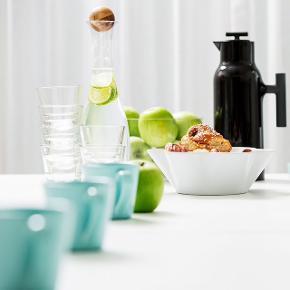 Aldrig været åbnet.  SAGAFORM White Wine Decanter.  Denne karaffel er en yderst populær klassiker fra Sagaform. Karaflen er designet til en optimal dekantering af hvidvin og er skabt til at give dig en bedst mulig smagsoplevelse. Karaflen kan selvfølgelig også benyttes til enhver anden drikkevare. Et tidløstdesign. Karaflen har et klassisk design og et smukt finish med en egeprop, som passer ind i ethvert hjem, hvilket gør den til en perfekt gaveidé.  PRODUKT DETALJER: Mundblæst glas og prop af Eg. -Kapacitet: 1 liter. -Vægt: 0,7 kg. -Inkluderet tilbehør: Ege prop. -Mærke: Sagaform. -Højde: 34,5 cm. -Type: Vinkaraffel. -Farve: Glas og træ -Type: Vandkaraffel. -Materiale: Glas og egetræ.  For flere billeder se i kommentar.  Se også mine andre annoncer ;)