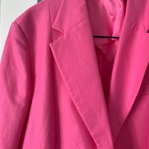 Pink oversize blazer fra Arket  Aldrig brugt og stadig med mærke  Nypris: 1200 Slå til pris 1000 Ellers kom med et bud
