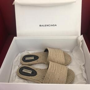 Rigtig fine Balenciaga sandaler i sandfarvet jute. Str. 36. Kun slid underneden, men ikke noget, der betyder noget. Incl. æske og dustbag.