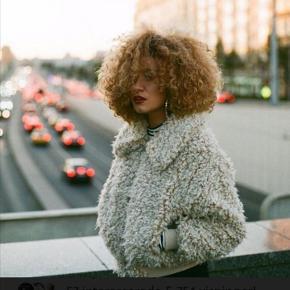 Brugt 1 gang  Faux fur jakke fra Monki 53cm lang  Hvis man har lange arme, er den nok 1 cm for kort ☺ Nypris 600 kr