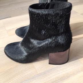 MM6 Maison Margiela i sort pony. Meget smukke støvletter med blanke hæle ca. 6 cm. Meget behagelige. Desværre er de købt før graviditet og passer derfor ikke mere. De er aldrig brugt. Kun prøvet.