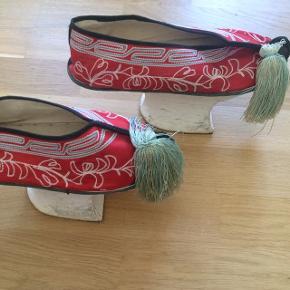 Originale manchu-sko hjembragt fra Kina. Er brugt som pynt/udsmykning og siden i klæd-ud kassen :) Str. 39. BYD!