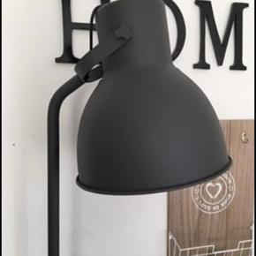 2 stk HEKTAR gulvlamper fra Ikea Nypris 399 pr stk Sælges for 200 pr stk