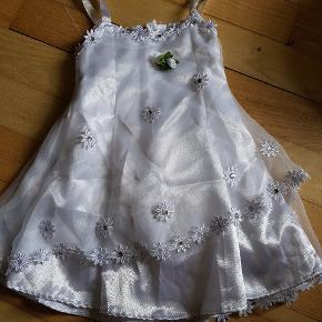 Sødeste kjole, cirka str 50 eller 56. Aldrig brugt, kun prøvet på.
