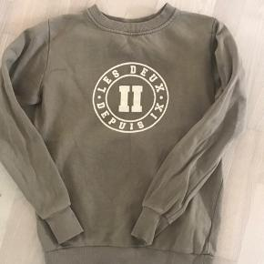Koger denne fede Les Deux sweatshirt, da jeg aldrig får den brugt. Den passer en str xs. Sælges for 150kr ekskl fragt med dao