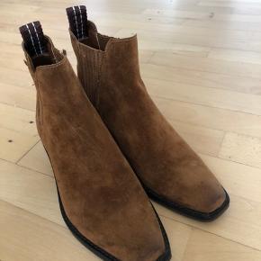 Sælger mine smukke DKNY ankel støvler som kun er prøvet!   Nyprisen var 1800!   De er sindsygt smukke i en lækker cognac farve med gulddetaljer på hælene 🌺   Kan ses, prøves og afhentes på min adresse efter aftale.   Kh fie
