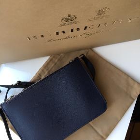Næsten ubrugt mørkeblå taske fra burberry. Elengant og stilfuld. pose, dustbag og kvittering medfølger.