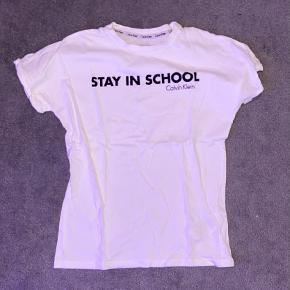 """Calvin Klein """"Stay In School"""" t-shirt   - Det er en størrelse 152, så kunne sagtens passe XXS-XS   - Den er næsten ny, og kun brugt et par gange   - Rigtig godt moto på t-shirten, som minder dig om hvad du skal fokusere på;)"""