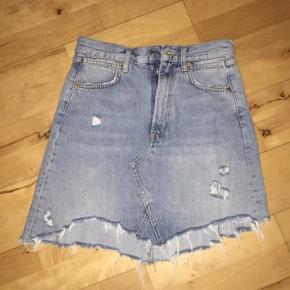 Zara ripped denim nederdel str small. Brudt få gange. Ingen bytte