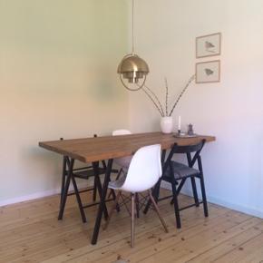 Plankebord med sorte Hay ben sælges. Kan afhentes i Brønshøj. Mål: 85x160cm. Bud er velkomne.