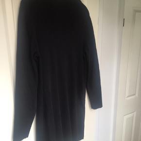 Kjole i 100 % uld, sælges da den er blevet for kort til mig efter vask.   Kan afhentes i Aarhus C.