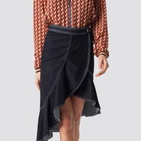 Smuk denim nederdel med flæser.   #30dayssellout