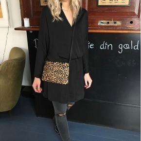 Så fin kjole fra Moss Copenhagen i str. medium - den er størrelsestilsvarende. Kan både bruges med bare ben og bukser under 😄