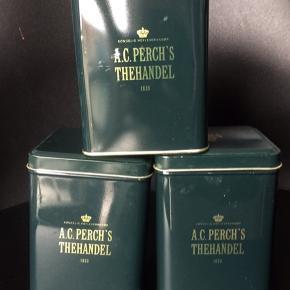 Tre klassiske mørkegrønne tedåser fra Perchs Tehus. Minimale brugsspor . Kan indeholde 250 gram te. Nypris 40kr pr. Stk hos Perchs Tehus.   Sælges for 25 kr. Pr. Stk   Sendes gerne for 37kr med DAO