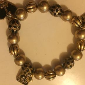 Guld liggende armbånd M 3 hjerter Rigtigt sødt men aldrig brugt Kan købes sammen med matchende halskæde, så er der mængde rabat  ☀️modtager betaler Porto  ☀️sender med DAO  ☀️kan afhentes på Østerbro  ☀️kom med et realistisk bud 👍