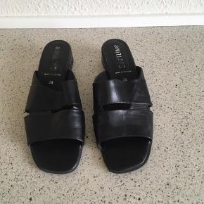 Sorte softline sandaler str 39, lille i str nok nærmere str 38,5, brugt men ok 😊  6700 Grådybet 😊