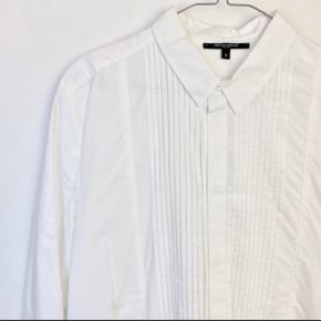Købt på tradono af Christiane Schaumburg Müller - sælges, da den desværre for stor til mig.  Skjortekjole i 100% bomuld. Måler 106 cm i brystmål og 53 i længden foran, og 63 cm bagtil