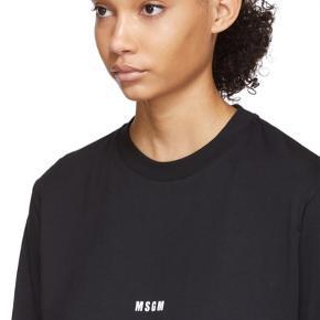 Fin længærmet sort t-shirt fra italienske MSGM . I den bedste ende af god men brugt uden huller, pletter, fnuller eller lign. 100% cotton. Oversize i modellen. Tjek venligst mål. Brystmål: 50 cm på tværs fra armhule til armhule, dvs 100 cm i omkreds. Længde: 68 cm fra nakken og ned. Søgeord: sort bluse t-shirt Black statement langærmet bomuld basic shirt unisex sweatshirt