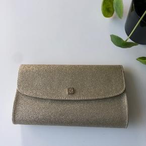 Smuk lille taske, brugt én aften til galla, derfor i rigtig fin stand. Den vil være oplagt til galla eller bryllup. Jeg sender gerne :-)