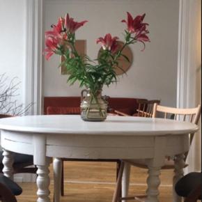 Charmerende, rundt spisebord med plads til 6 personer. Bordet er skruet sammen på bagsiden af bordpladen, men der er mulighed for, at lave et udtræk med plade.