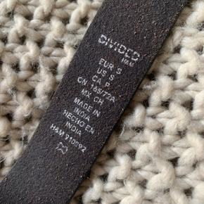 Bælte fra H&M i str. S🌷 . Har selv lavet et ekstra hul. Se billede.  Cirka 100 cm langt.