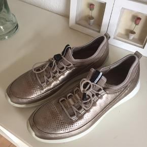 Behagelige Ecco sko i super flot metallicfarve.  Str 39 Brugt få gange og sælges da jeg ikke får dem brugt.  Kvaglund, 6705 Esbjerg Ø