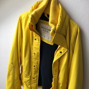 Har denne super flotte Abercrombie & fitch frakke. Jeg brugte kunne jakken sidste år og var selv super glad for den. Der er dog kommet et hul i ærmet i den ene side (se billede 2) Men ellers er jakken rigtig pæn. NP omkring de 2300kr sælges billigt pga hullet i ærmet. Kom med et bud