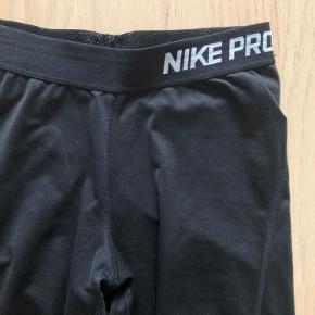Nike tights i sort str S. Brugte, sælges derfor billigt.
