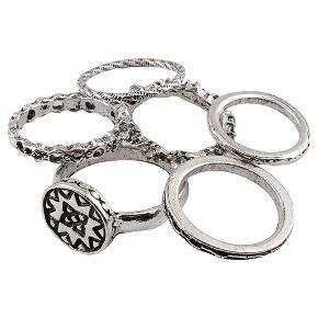 Pakke med 6 stk antique forsølvede ringe  Str. varierer mellem 1,5 cm og 1,8 cm i diameter og de skal sidde forskellige steder på fingrene.  PRISER ER INKL. LEVERING I DK  ¤¤¤ PRISEN ER FAST ¤¤¤