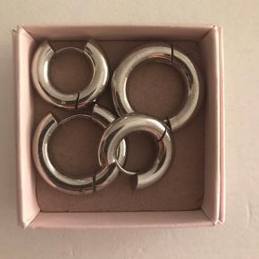 Sælger disse chunky hoops som minder ekstremt meget om dem fra Jane Kønig.  De er i Sterling sølv.  Jeg har selv kombineret dem med mine smykker fra maanesten ✨