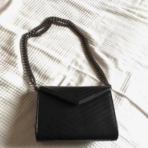 Lækker taske fra Moss Copenhagen, ægte læder, kan bruges som crossbody og skuldertaske, brugt få gang og ingen slidmærker  Np 650 kr.