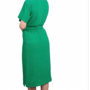 Helt ny kjole i polyester og elastane i struktur stof. Bindebånd i taljen.